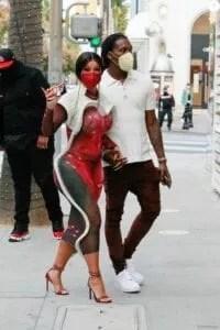 Cardi B s'affiche en pleine rue en robe moulante et string apparent (photos)
