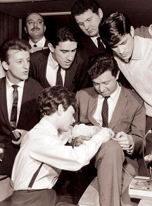 A cantora italiana Rita Pavone dando autógrafo sobre a perna de Moracy do Val em entrevista coletiva realizada em São Paulo em 1964. Foto Nicanor Le Terry