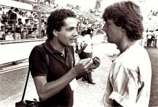 Juca em 1982 conversa com Kroll, jogador da Holanda, durante a Copa.