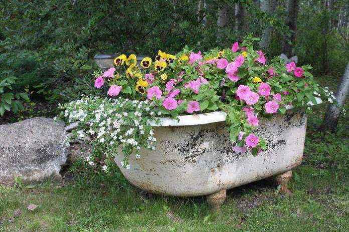 image11-17 | Как украсить сад с помощью старой мебели