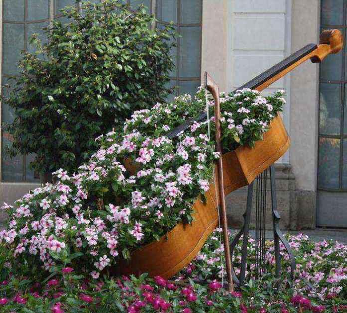 image3-35 | Как украсить сад с помощью старой мебели