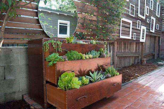 image5-31 | Как украсить сад с помощью старой мебели