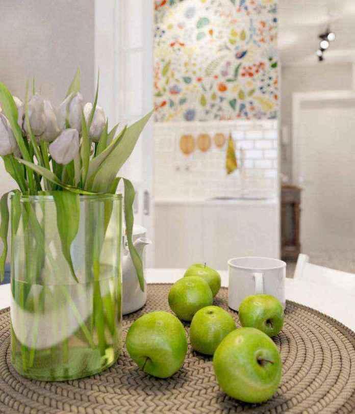 3-2-light-grayish-blue-apartment-interior-decor-in-modern-style-round-dining-table-wicker-napkin-green-apples-flower-vase-tulips-floral-wall-tiles | Как сделать удобной студию площадью всего лишь 25 квадратных метров? Узкая и маленькая студия