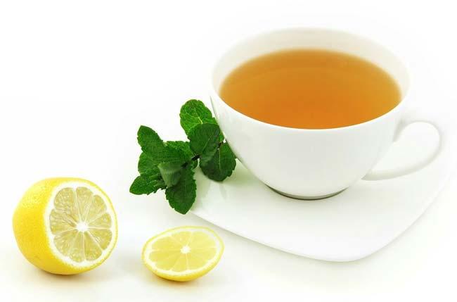 După revoluția din 1917, o import de ceai la scară largă în Rusia a fost întreruptă timp de mai multe decenii. Timp de mulți ani, ceaiul caucazian a băut în URSS: a fost crescut pe plantații așezate înainte de revoluție și sa extins în anii sovietici. În a doua jumătate a secolului al XX-lea a început să o amestece cu Indian și Ceylon. Gustul și aroma ceaiului din magazinele sovietice sunt gustul amestecului de ceai din diferite regiuni ale lumii. Ceaiurile de masă de astăzi sunt de asemenea sângerare, dar mult mai diverse în compoziție. Ei bine, cunoscătorii au devenit din nou disponibili pentru orice ceai, inclusiv soiuri, tradiții și gustul care nu s-au schimbat de-a lungul secolelor - astfel încât să puteți încerca ceaiul care a băut, de exemplu, primul împărat Zhou dinastia.
