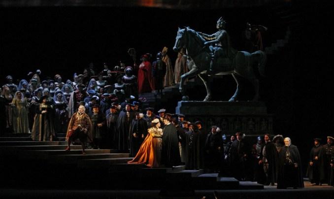 Verdi'nin Ernani operasını gösteren içinde 100'den fazla insan bulunan sahne.