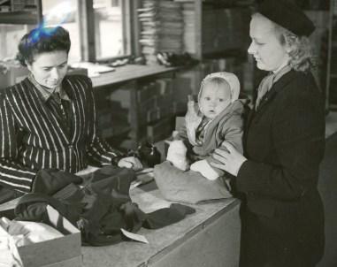 Utlevering av klær på Kjesäter flyktningmottak. Foto fra vinteren 1945. Arkivreferanse: RA/PA-1209 NTBs krigsarkiv, Uc, 65, 1-2, S 5470.