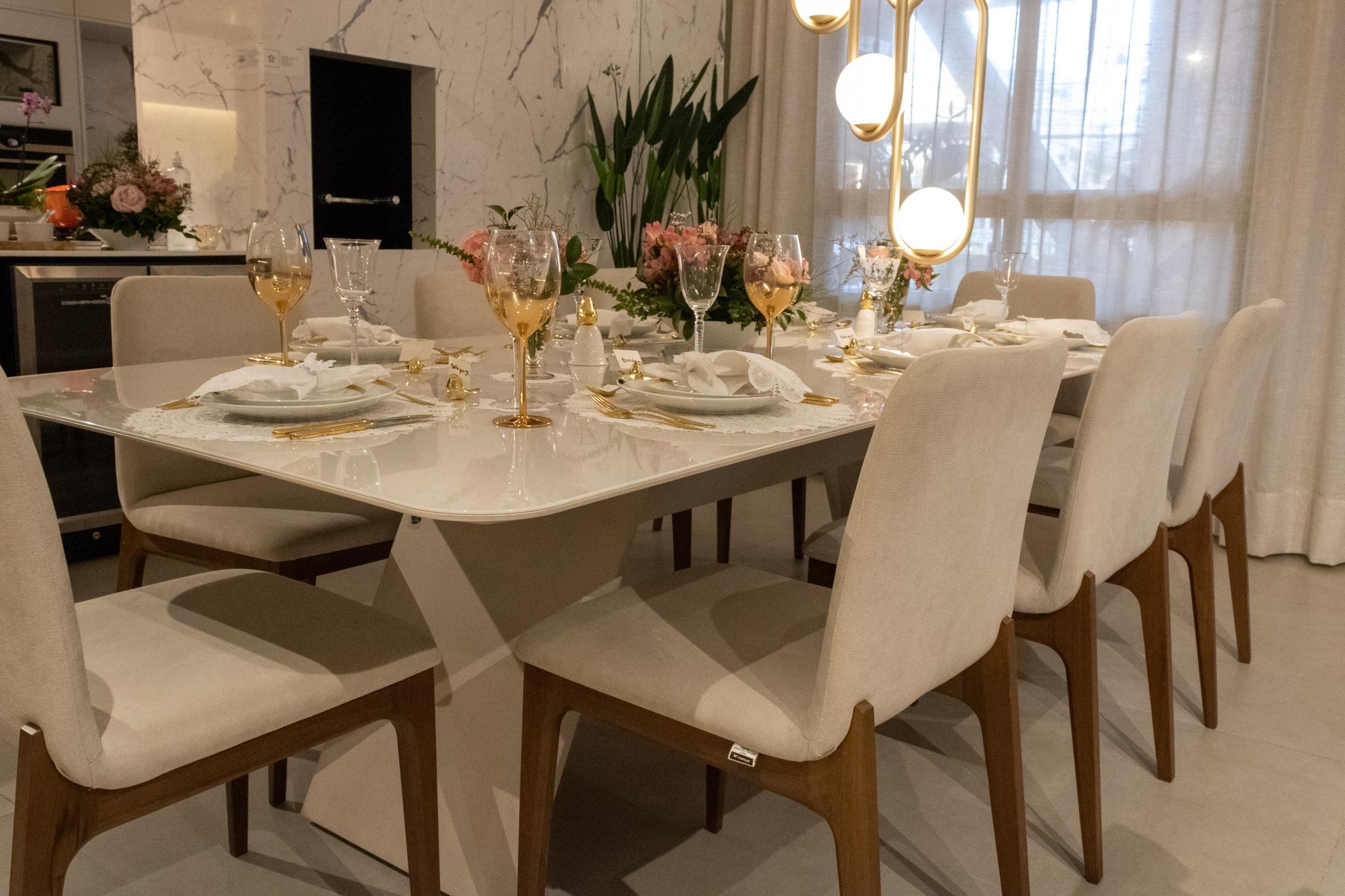 Mesa posta com renda Renascença, louças em porcelanas brancas com dourado, faqueiro, taças e peças decorativas
