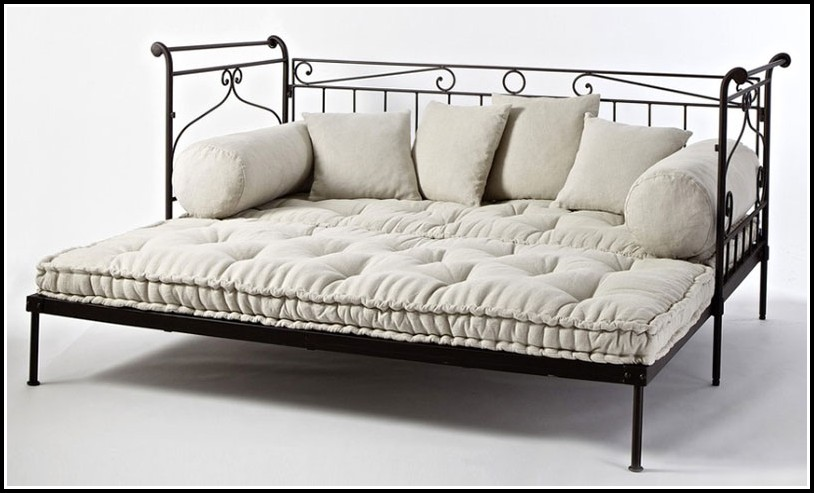 Bett Und Sofa In Einem Zimmer