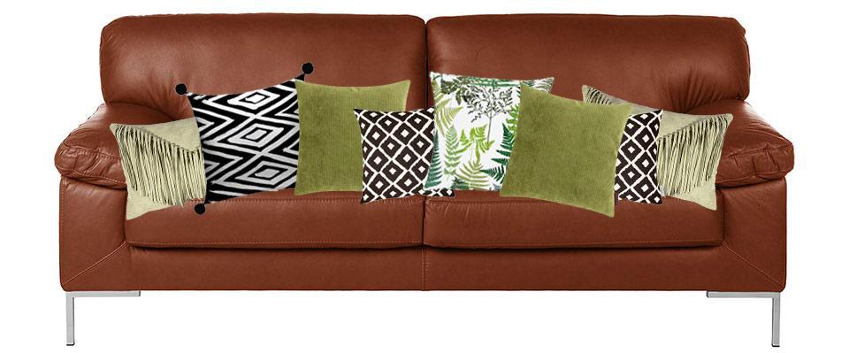 Dunkles Sofa Mit Kissen Dekorieren