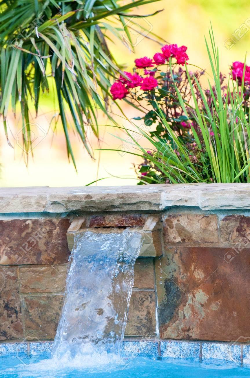 Garten Pool Mit Wasserfall