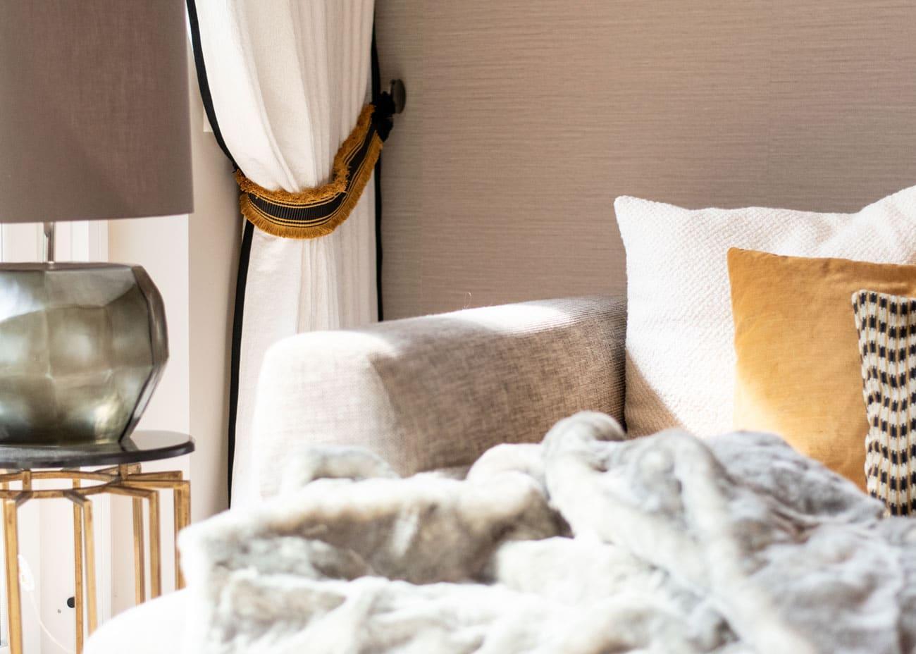 Graues Sofa Mit Kissen Dekorieren