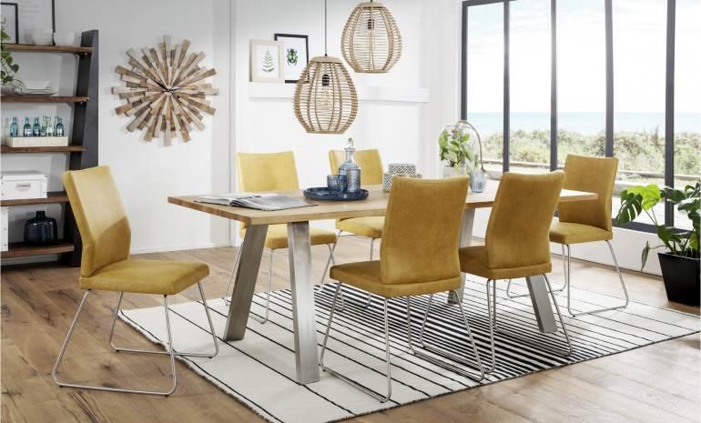 Holztisch Mit Bunten Stühlen