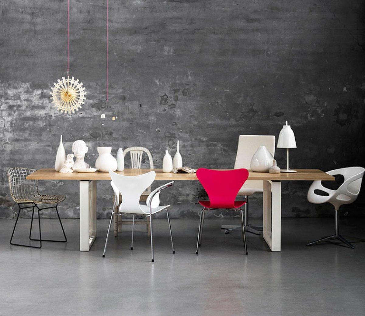 Holztisch Mit Unterschiedlichen Stühlen