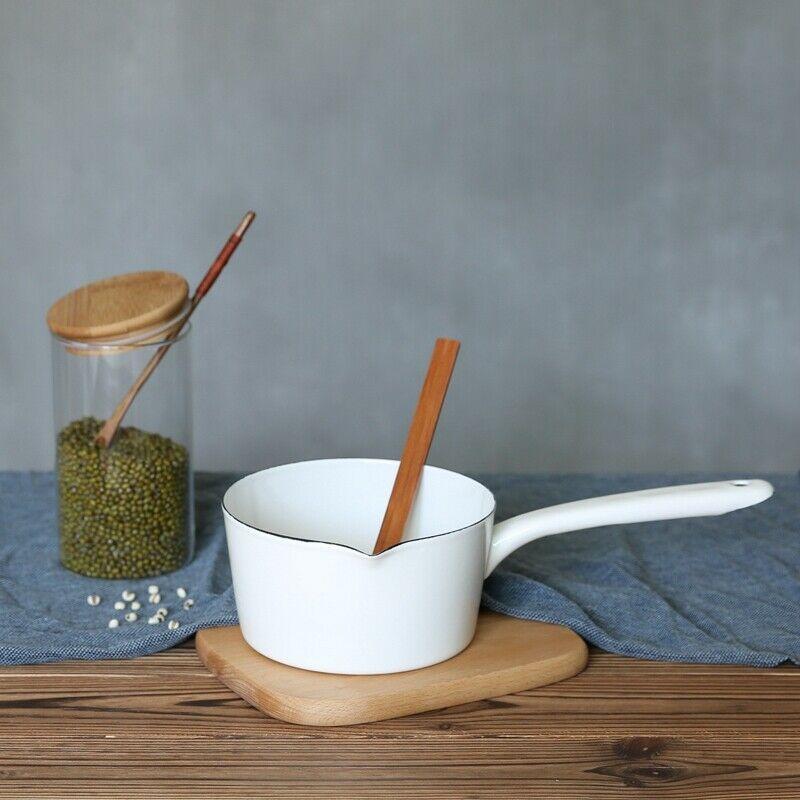 In Der Küche Auf Dem Tisch Steht Ein Topf Mit Milch