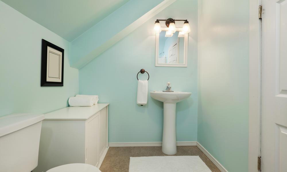 Kleines Dunkles Badezimmer