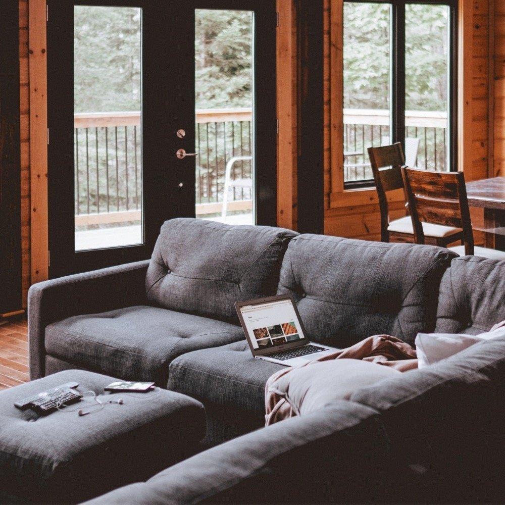 Kleines Wohnzimmer Mit Sofa Und Esstisch