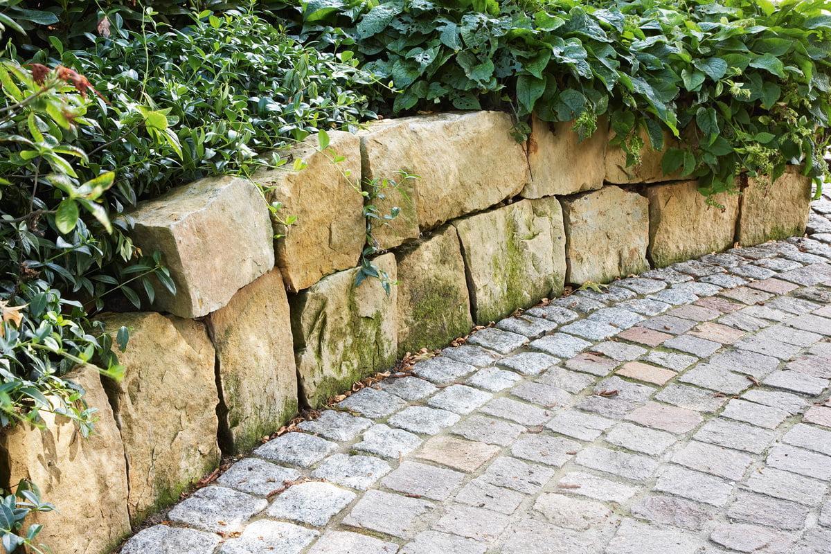 Mediterrane Natursteinmauer Garten