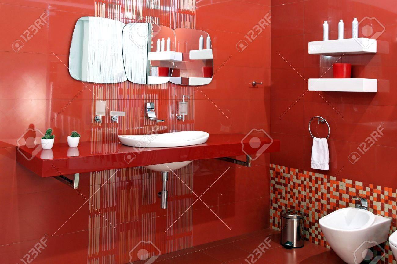 Rote Armaturen Badezimmer
