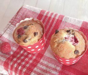 muffin con lamponi e gocce di cioccolato