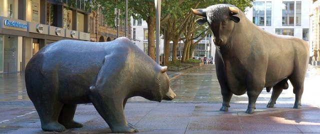 two statues of a bull and a bear symbolizing the financial concepts of bull market and bear market