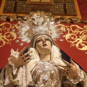 Ntra. Sra. de los Dolores ataviada para el Triduo.Estreno del fondo para cultos, obra de hermanos de la cofradía.