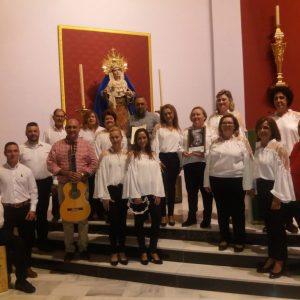 """El grupo """"Esperanza Malagueña"""" con nuestro Hermano Mayor ante la Virgen de los Dolores"""