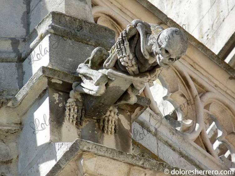 esqueletos en gárgolas