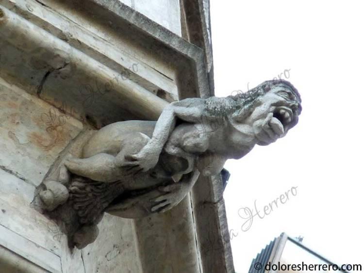 demonio pechos mujer
