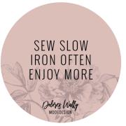 runder Sticker mit Slogan: sew slow iron often enjoy more