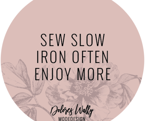 runder Sticker mit Slogan: sew slow iron often enjoy more