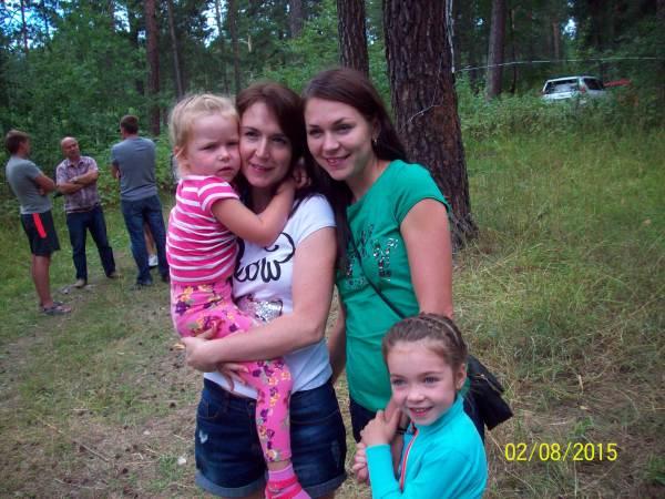 Сёстры Юля Витухина и Олеся Савина с дочками Машей и Евой