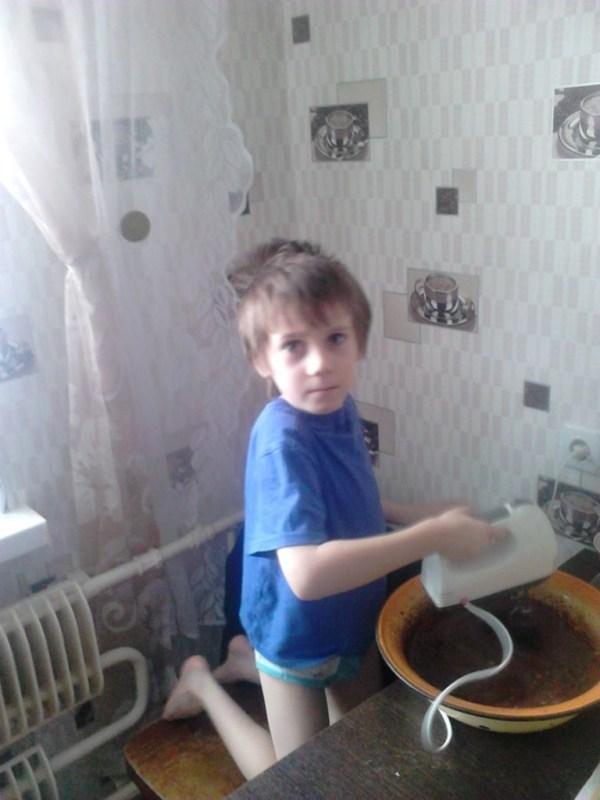 Егорка помогает папе делать торт