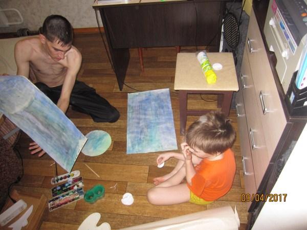 Артём с Егором делают поделку к дню космонавтики