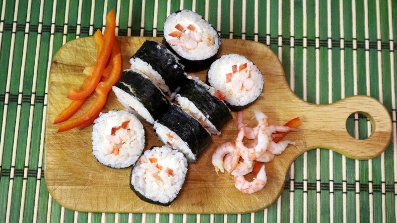 "Paano Magluto Rolls ""Xiak Maki"" na may Salmon Photo"