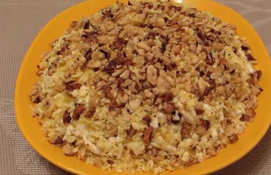 Жаңғақ, тауық еті және ананас қосылған дәмді салат рецепті