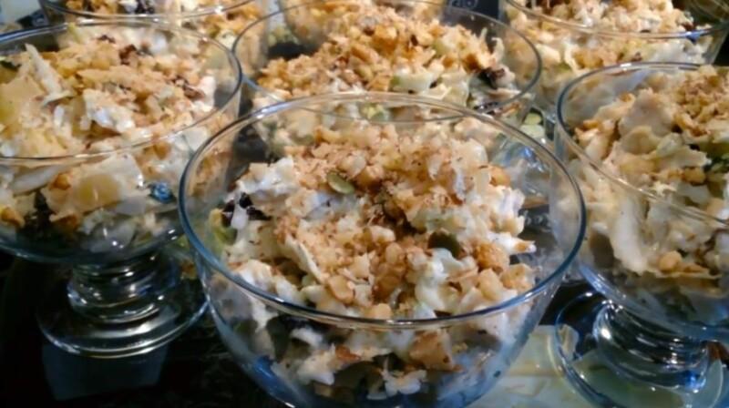Тауық еті, ананас және қышалармен дәмді салат