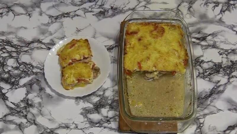Thịt lợn mềm trong lò với nấm và cà chua dưới pho mát với khoai tây