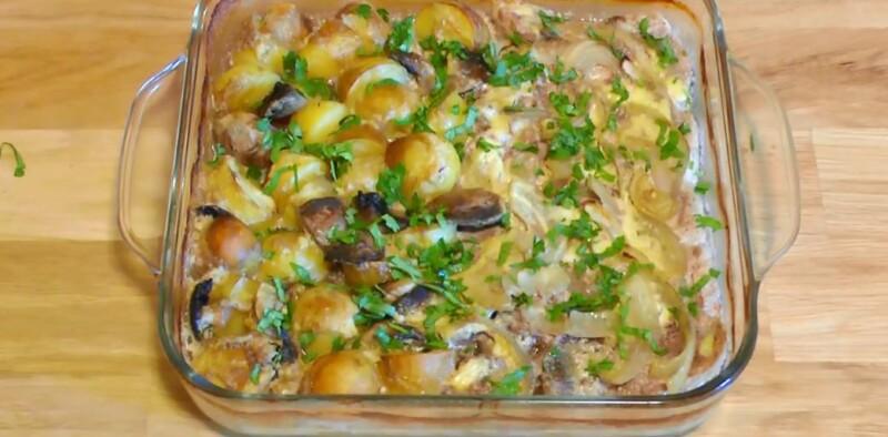 Thịt lợn nhẹ nhàng với nấm và khoai tây trong lò trong sốt kem