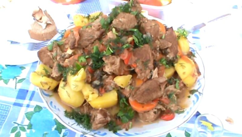 Thịt lợn hầm với khoai tây ở Kazan trên lửa