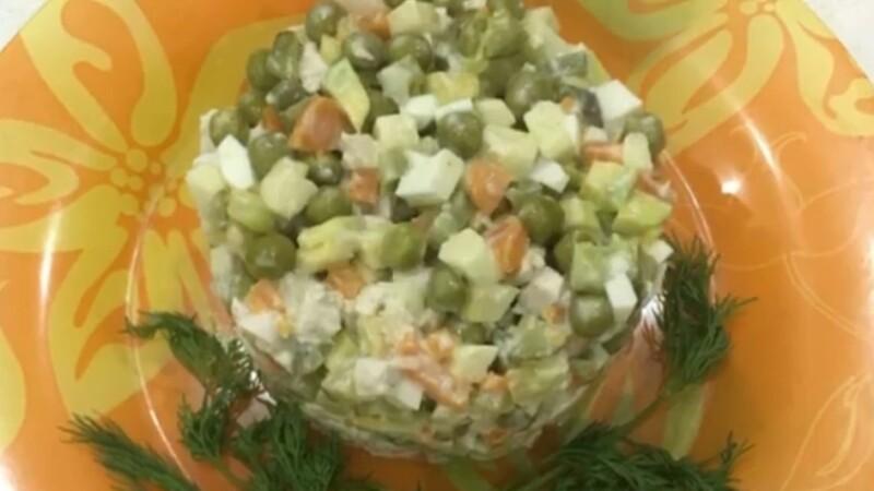 Оливье диеталық салаты, алма бар картопсыз
