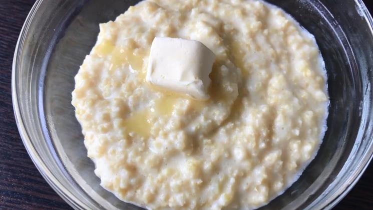 माइक्रोवेव में दूध पर दूध दलिया - सरल नुस्खा