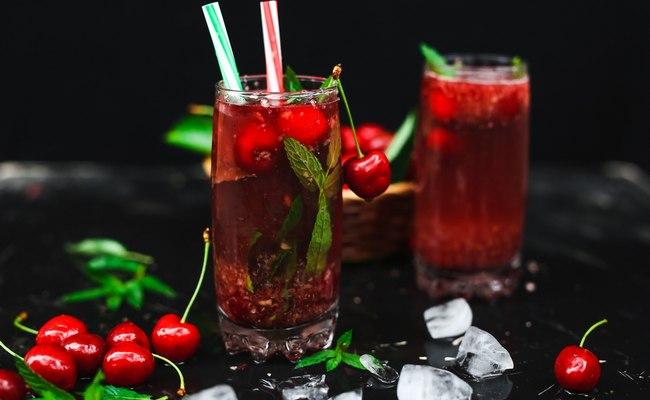 Мартини коктейлі шие және шие шырыны бар