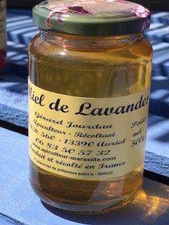Pot de miel de lavande. Miel clair, translucide.
