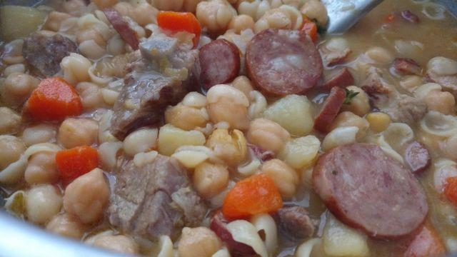 sopa de grão de bico com calabresa, bacon, batata e cenoura