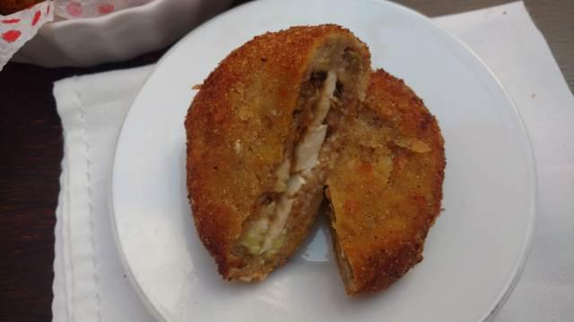 berinjela empanada e recheada com queijo