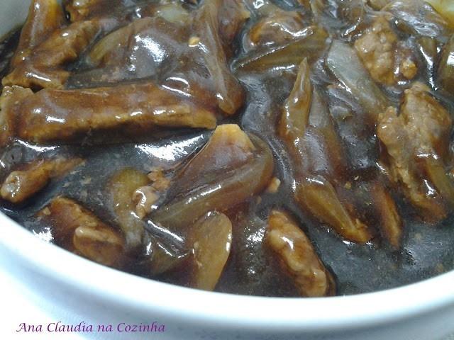 carne fatiada com cebola e molho de soja