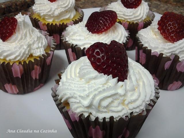 Cupcake de Amêndoa Recheado Com Morango