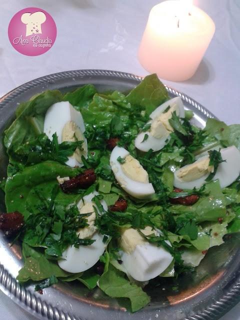Salada de escarola, ovos e bacon