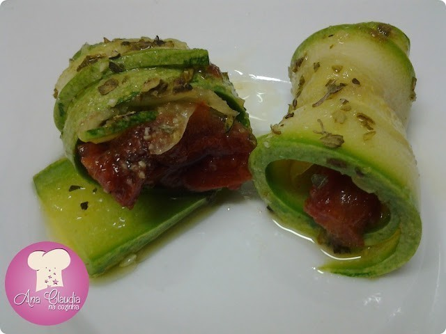 rolinhos de abobrinha recheados com tomate seco