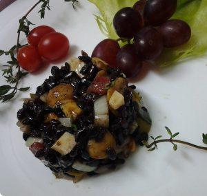 salada de arroz negro com uva, queijo e cogumelo